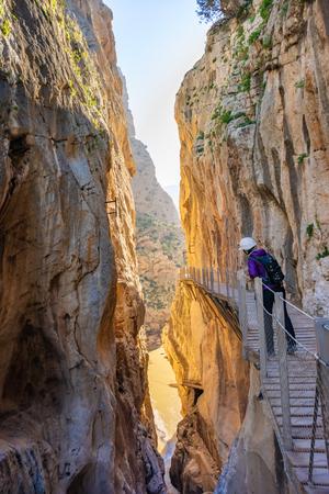 Femme touristique à El Caminito del Rey ou Kings Little Path, l'un des sentiers les plus dangereux a rouvert 2015 Malaga, Espagne Banque d'images