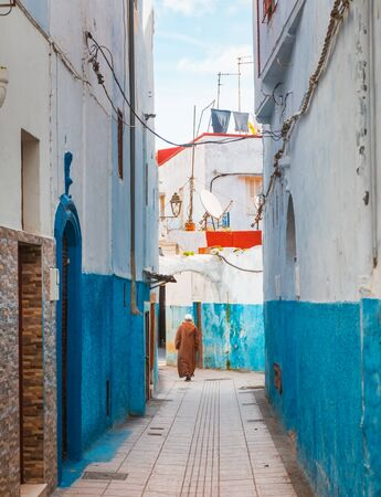 Small streets in blue and white in the kasbah of the old city Rabat in Marocco on a sunny day Standard-Bild - 130259281