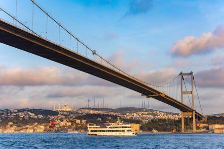 Bosporus-Sultan-Mehmet-Brücke in Istanbul bei Sonnenuntergang. Truthahn Standard-Bild
