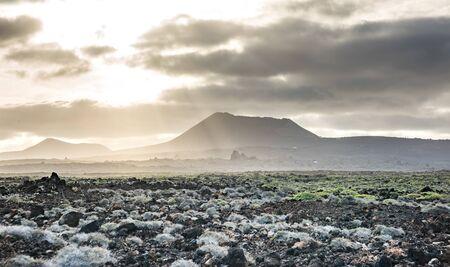 beau paysage de montagne avec des volcans au coucher du soleil dans le parc national de Timanfaya à Lanzarote, îles Canaries