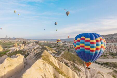 Balon na ogrzane powietrze lecący nad regionem Kapadocji, Turcja Zdjęcie Seryjne