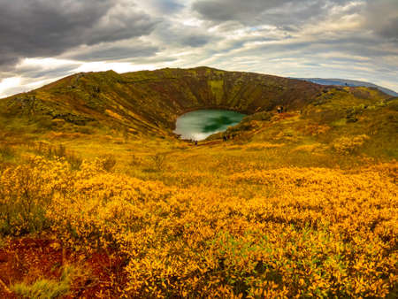 Volcanic crater Kerid with blue lake inside, at autumn day, Iceland Gold Circle tourist attraction. 免版税图像