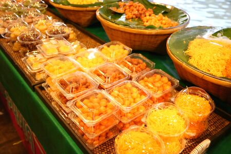 Thai desserts are on sale in the market. Imagens