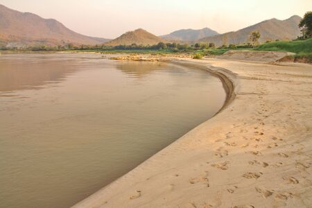 Sandy beach along the banks of the Mekong River at lower tide in Pak Chom District, Loei Province, Thailand Imagens