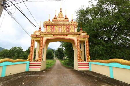 The entrance arch of a Buddhist temple in the countryside of Thailand Imagens - 132021223