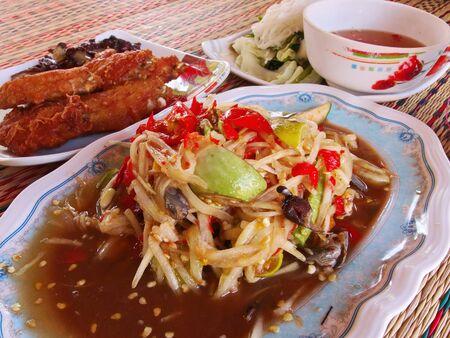 Papaya salad, sticky rice, fried chicken and steamed vegetables are popular lunches in northeastern Thailand. Imagens