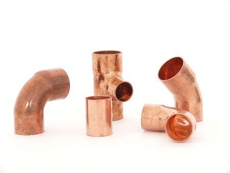 guarniciones: Accesorios de plomer�a de lat�n aislados en blanco de cobre