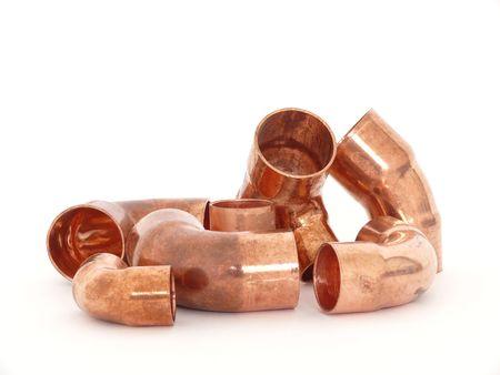 cobre: Accesorios de plomer�a de lat�n aislados en blanco de cobre