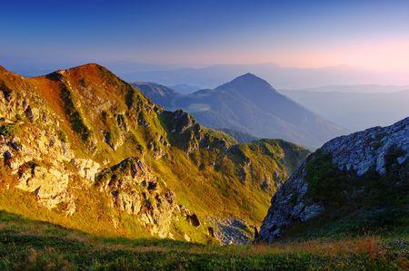Los primeros rayos de un sol naciente brillan Montes Cárpatos, Ucrania  Foto de archivo - 6686783