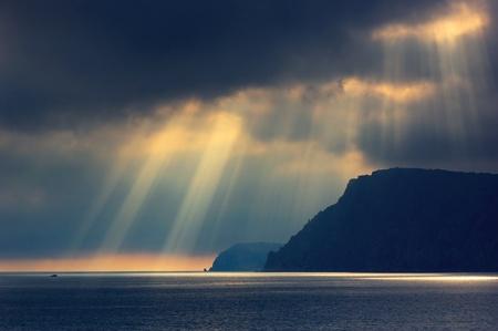 悪天候で海の景色と曇り空。クリミア、ウクライナ。