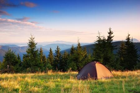 Paysage du matin dans les montagnes avec tente touristique