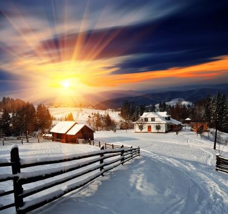 montañas nevadas: Paisaje de invierno. Pueblo de montaña en los Cárpatos ucranianos.