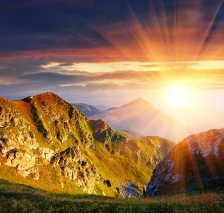 První paprsky vycházejícího slunce svítí pohoří Karpat, Ukrajina