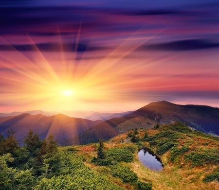 "wschód słońca: Åšwit w górach Karpatach na Ukrainie. Rano jesieÅ"""
