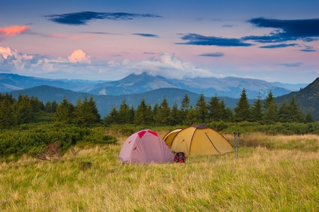 campamento: Paisaje en el camping monta�as. Ucrania, los C�rpatos Foto de archivo