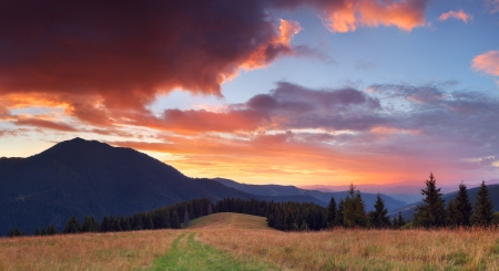 Panorama di montagna con molto bel tramonto photo