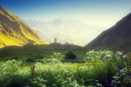 svan: Paesaggio di montagna con la chiesa la mattina collina in una valle di montagna Ushguli villaggio, Zemo Svaneti, Georgia Montagna Shkhara cresta principale Caucasica effetto soft tonificante Colore Archivio Fotografico