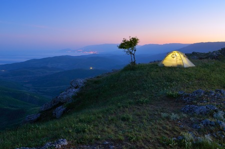 Night landscape with tourist tent  Camping in the mountains Foto de archivo