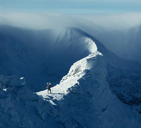 cielo: Paisaje de invierno. D�a de sol en las monta�as. Turismo de pie sobre una roca