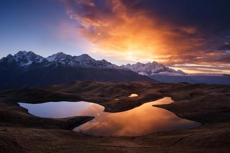 jezior: Mountain Lake. Piękny wschód słońca. Rano krajobrazu. Koruldi Lake. Główny grzbiet kaukaski. Zemo Swanetia, Georgia Zdjęcie Seryjne
