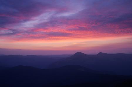 cielo de nubes: Paisaje de montaña con el hermoso cielo y las nubes al amanecer. Cárpatos, Ucrania, Europa Foto de archivo