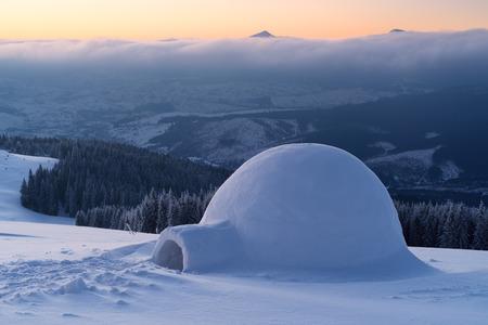 Schnee-Iglu auf einem Berg Hügel. Winterlandschaft. Abenteuer in der Winterkampagne Standard-Bild - 49196102