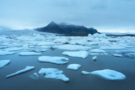 Abendlandschaft mit Eisschollen im Gletschersee Fjallsarlon. Vatnajökull Nationalpark, Island, Europa. Erstaunlich Touristenattraktion
