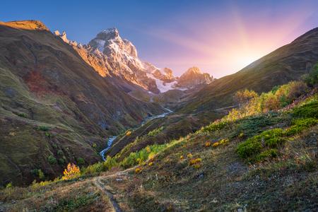 paisaje de otoño. Camino en las montañas. Monte Ushba, cordillera del Cáucaso principal. Zemo Svaneti, Georgia. arte de procesamiento de fotos. tonificación del color
