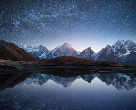 cielo nocturno con las estrellas y la Vía Láctea sobre un lago de montaña. Collage de los dos marcos. fotos de procesamiento de arte