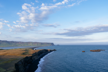 View from cape Dyrholaey on Reynisdrangar basalt sea stacks. Black volcanic sand on the ocean coast. Tourist attraction in the south of Iceland Banque d'images