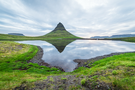 Kirkjufell mountain and reflection in the lake. A famous tourist attraction near the city of Grundarfjordur. Beautiful Icelandic landscape Banque d'images