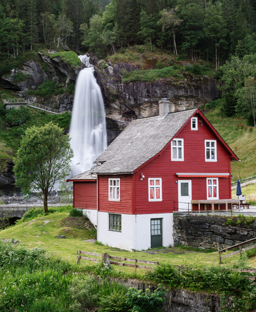 Steinsdalsfossen - one of the most popular waterfalls in Norway. Along National Tourist Route Hardanger Banque d'images