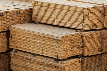 legname in un grande magazzino. Tavole di legno nella pila