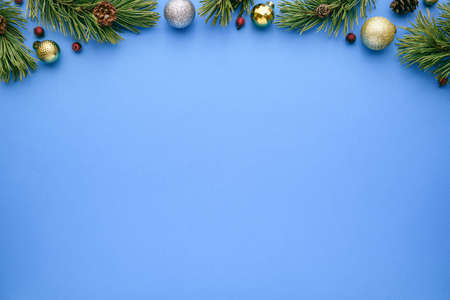 Blue christmas tree background with fir branches and decorations. Blank for advertising text with copy space. Top view, flat lay Archivio Fotografico - 156572252