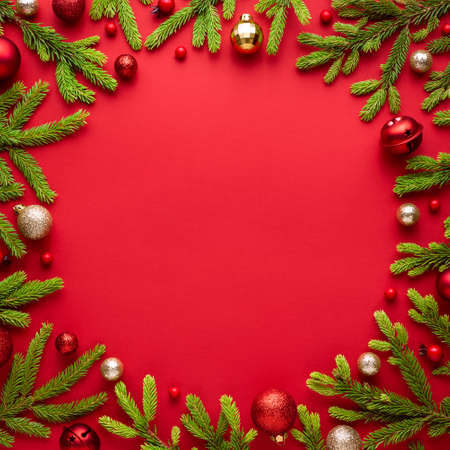Christmas card with round frame on red background. Festive border with copy space for advertising text. Top view, flat lay Archivio Fotografico - 156572239