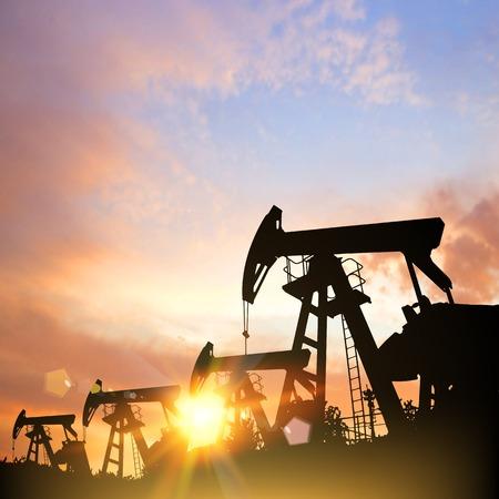 Ölpumpen über Sonnenuntergang Hintergrund. Vektor-Illustration.