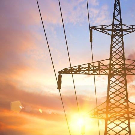 torres de alta tension: Torre eléctrica y cables sobre fondo puesta del sol. Ilustración del vector. Vectores