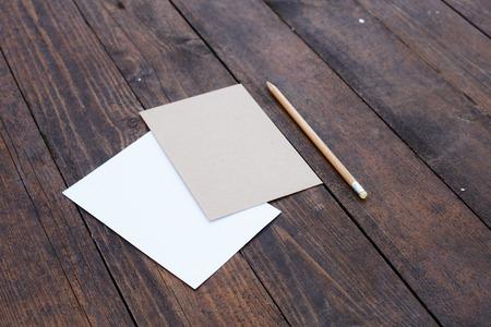 papier a lettre: Papier blanc avec la lettre et crayon sur la table en bois. Banque d'images