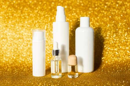 Sunshin glitter background. Skincare oil concept. Glass bottle Banque d'images