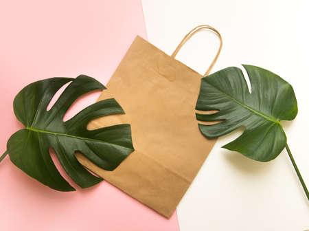 Mockup paper tote bag on summer background. Tropical template for artwork Banque d'images
