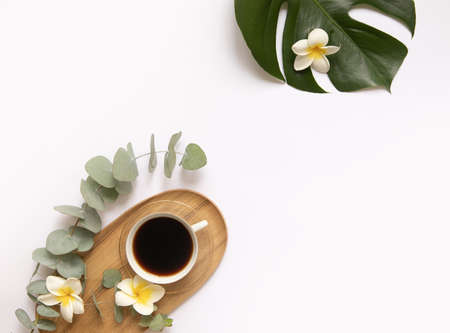 Cup of black coffee with fresh tropical leaves. 版權商用圖片 - 157420643