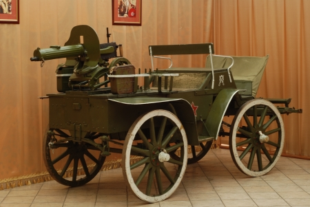 machine-gun: Old soviet machine-gun carrier in a room Redactioneel