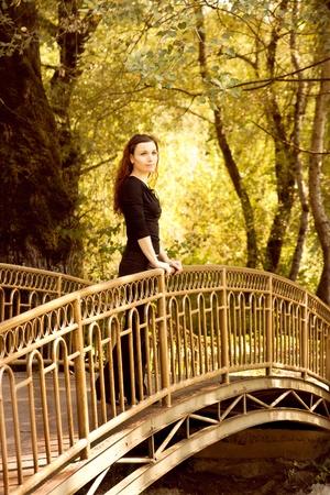 cabello casta�o claro: Mujer en el puente