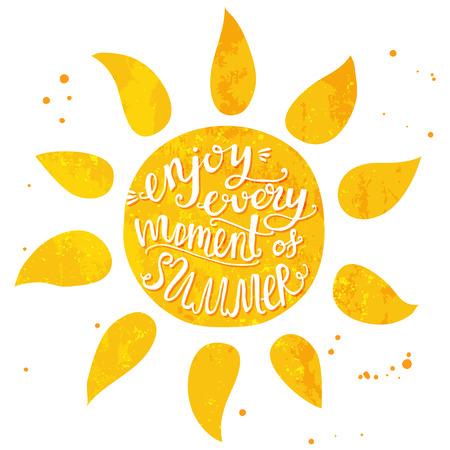logotipo turismo: Sol de la acuarela con el texto mano letras disfrutar cada momento de verano. Ilustraci�n del vector para las tarjetas, los carteles y los viajes anuncio. Vectores