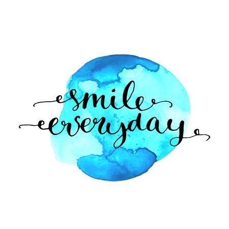 cotizacion: Sonrisa cotidiana caligrafía cita inspiradora sobre la mancha azul acuarela. Diseño del vector para tarjetas, carteles, grabados Vectores
