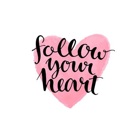 romantik: Borsta bokstäver citat följa ditt hjärta på rosa vattenfärg bakgrund. Vektor kortdesign med modern typografi Illustration