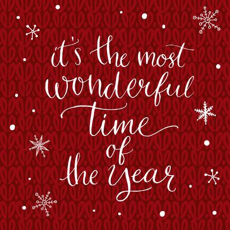 Het is de mooiste tijd van het jaar. Inspirerend citaat over de winter. Moderne kalligrafie zin met hand getrokken sneeuwvlokken op rode gebreide textuur. Belettering voor kerst wenskaarten en posters.
