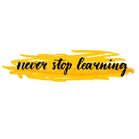 cotizacion: Nunca dejes de aprender. Cita de motivación sobre la educación, la superación personal. Pincel de caligrafía en la carrera de fondo amarillo. Frase inspirada por las impresiones del arte de la pared, tarjetas, contenido de medios de comunicación social. Vectores