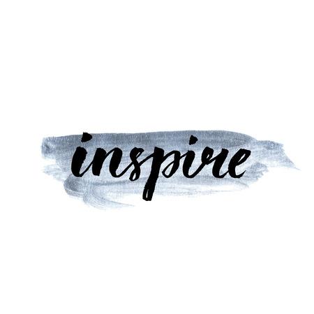 Inspireren. Kalligrafie woord met de hand geschreven op zilver verf. Inspirational citaat, borstel belettering voor kaarten, posters en social media content. Vector ontwerp.
