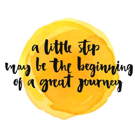 путешествие: Немного шаг может стать началом большого пути. Вдохновляющие цитаты, положительный поговорка. Современный каллиграфии текст, рукописный с кистью и черной краской на желтом акварель пятном Иллюстрация